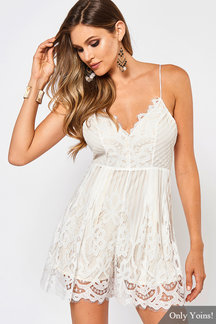 Sexy V Neck Lace-up Back Strappy Lace Playsuit en blanc